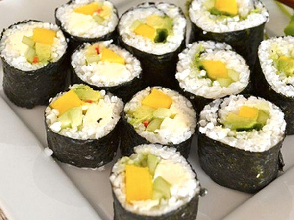 Sushi vegano con mango e avocado