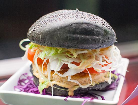 Burger di salmone con carbon bun